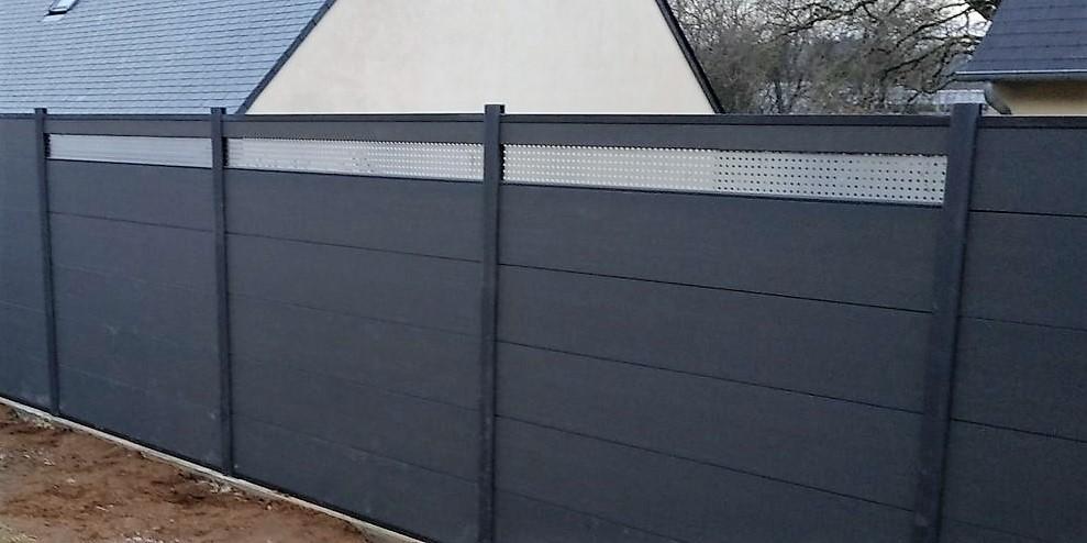 Inserion décorative sur clôture composite